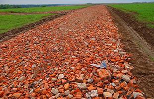 Отсыпка (устройство) дорог, территории, площадок битым кирпичом